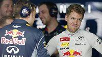Sebastian Vettel (vpravo) se celému Red Bullu omluvil za chování při Velké ceně Malajsie.