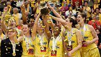 Basketbalistky USK Praha s cennou trofejí.