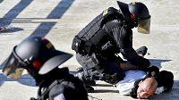 Policisté zadrželi po utkání se Spartou několik fanoušků Baníku Ostrava kvůli výtržnostem na stadionu.
