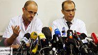 Vedoucí oddělení anesteziologie a resuscitace Jean-Francois Payen (vlevo) a Emmanuel Gay, vedoucí neurochirurgie informují v úterý novináře o stavu Michaela Schumachera.