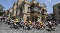 Cyklisté v hromadném závodu mužů v Baku.