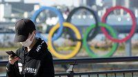 Pořadatelé olympijských her v Tokiu představili první sadu chystaných opatření, která by měla při štafetě s pochodní omezit rizika šíření nákazy koronavirem. Běžce čeká důkladné monitorování zdravotního stavu, fanoušci se musejí připravit na omezený přístup na akce.