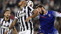 Arturo Vidal (vlevo) z Juventusu v hlavičkovém souboji s Franceskem Renzettim z Ceseny.