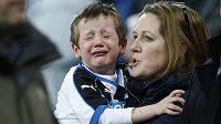 Malý fanoušek Newcastlu pláče před zahájením duelu s Manchesterem United.