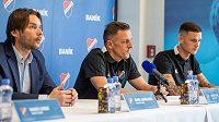 Zleva sportovní ředitel Baníku Marek Jankulovski, trenér Luboš Kozel a útočník Roman Potočný.