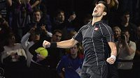 Srbský tenista Novak Djokovič slaví výhru na Turnaji mistrů.
