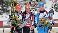 Česká biatlonistka Veronika Vítková (vlevo) obsadila v rakouském Hochfilzenu druhé místo. Uprostřed vítězka Selina Gasparinová ze Švýcarska a vpravo třetí Ruska Irina Starychová.