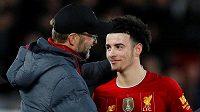 Kouč Liverpoolu Jürgen Klopp chválí mladíka Curtise Jonese během utkání FA Cupu proti Evertonu.