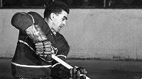 Útočník Montrealu Maurice Richard (vlevo) a gólman Toronta Maple Leafs Al Rollins na snímku z roku 1951.