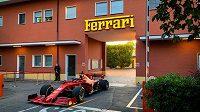 Pilot stáje formule 1 Ferrari Charles Leclerc vyrazil s novým soutěžním vozem do ulic Maranella.
