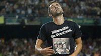 David Villa si po gólu svlékl dres, na tričku měl vyfocenou manželku a dvě dcery a vzkaz pro ně.