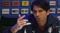 Gólman italské fotbalové reprezentace Gianluigi Buffon na tiskové konferenci při soustředění týmu v Covercianu