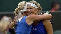 Lucie Hradecká a Andrea Hlaváčková se objímají po postupu do finále US Open.