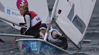 Česká jachtařka Veronika Fenclová bojuje s Marit Bouwmeesterovou z Nizozemska na olympijské regatě třídy Laser Radial