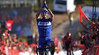 Zdeněk Štybar projíždí vítězně cílem první klasiky letošní cyklistické sezony Omloop Het Nieuwsblad v Belgii.