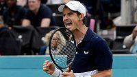 Britský tenista Andy Murray oslavil návrat na kurty vítězstvím ve čtyřhře na turnaji v Londýně.