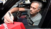 José Mourinho už podepisuje dresy Manchesteru United.