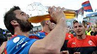 Útočník fotbalové Plzně Aidin Mahmutovič si připíjí pivem během oslav mistrovského titulu.