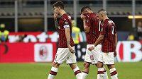Zklamaní fotbalisté AC Milán (zleva) Alessio Romagnoli, Theo Hernandez a Ismael Bennacer po utkání s Fiorentenou.