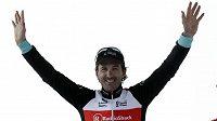 Švýcarský cyklista Fabian Cancellara se raduje z vítězství v závodu Paříž-Roubaix.