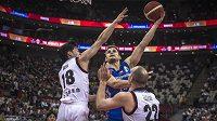 Český basketbalista Jaromír Bohačík se snaží zakončit akci přes bránící japonské duo Judai Baba - Nick Fazekas v utkání skupiny E na mistrovství světa.