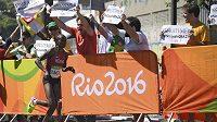 Keňská běžkyně Jemima Sumgongová běží kolem fanoušků.