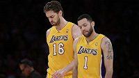 Basketbalisté Los Angeles Lakers Pau Gasol (vlevo) a Jordan Farmar jsou smutní, Kobe Bryant už v této sezóně do hry nezasáhne.