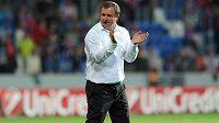 Trenér Viktorie Plzeň Pavel Vrba děkuje fanouškům za podporu po úvodním utkání play off Ligy mistrů s Mariborem.
