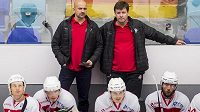 Zleva trenér hokejových Pardubic Miloš Holaň a jeho asistent Otakar Janecký.