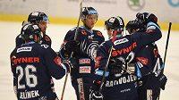 Hokejisté Liberce se radují z branky do sítě Vítkovic.