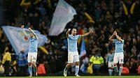 Fotbalisté Manchesteru City slaví postup do finále Ligového poháru.