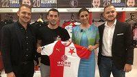 Rumunská agentka Anamaria Prodanová na fotografii s Nicolaem Stanciuem a bratry Davidem a Filipem Zikovými. Prodanová je nyní hojně propírána v rumunských médiích kvůli incidentu s Danem Alexou.