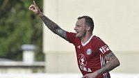 Jakub Řezníček z Olomouce se raduje z gólu na hřišti Zlína v první lize-