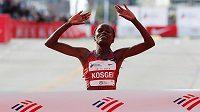 Keňanka Brigid Kosgeiová v cíli maratonu v Chicagu, který zaběhla v rekordním čase 2:14:04.