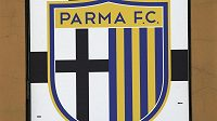 Logo klubu z Parmy u vchodu stadiónu Ennia Tardiniho.