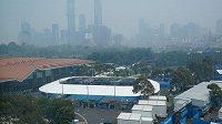 Dějiště Australian Open v oparu znečištěného vzduchu.