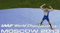 Ukrajinský výškař Bohdan Bondarenko se raduje z titulu mistra světa na MS v Moskvě.
