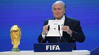 Prezident FIFA Sepp Blatter oznamuje dějiště MS 2022 - překvapivě vyhrál Katar.