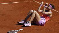 Lucie Šafářová se raduje, přes Anu Ivanovičovou postoupila do finále French Open.