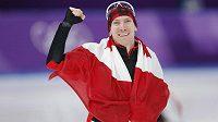 Kanadský rychlobruslař Ted-Jan Bloemen slaví zlatou olympijskou medaili s národní vlajkou.