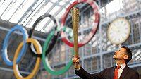 Šéf světové atletiky Sebastien Coe pózuje s prototypem zlaté pochodně, která byla určená pro letní olympijské hry 2012 v Londýně.