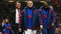 Trenér Manchesteru United Louis van Gaal (vlevo), útočník Rudých ďáblů Wayne Rooney (uprostřed) a záložník Ashley Young.