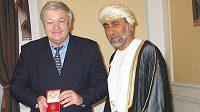 Milan Máčala přebírá v Ománu jako první trenér řád za rozvoj sportu a kultury II. stupně.