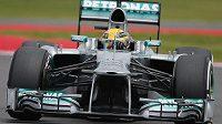 Lewis Hamilton na trati kvalifikace na Velkou cenu Británie v Silverstone.