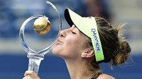 Belinda Bencicová s trofejí pro vítězku turnaje v Torontu.