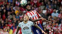 Záložník Atlética Madrid Thomas Partey (vpravo) v souboji s Rafinhou z Celty Vigo.