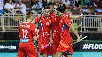 Čeští florbalisté se radují z gólu proti Finsku v semifinále MS.