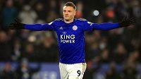 Nejlepší střelec minulého ročníku anglické ligy útočník Jamie Vardy prodloužil smlouvu s Leicesterem.
