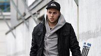 Hokejista Vojtěch Mozík přichází na sraz české hokejové reprezentace před turnajem Channel One Cup.