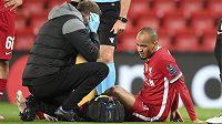 Lékař Liverpoolu u zraněného Fabinha.